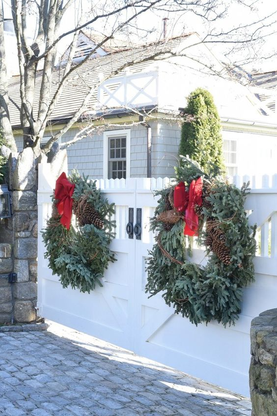 Outdoor curb appeal holiday decorating ideas for christmas Outdoor christmas garland ideas