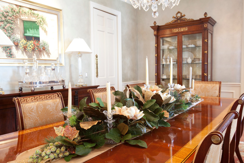 How to set a trendy table this holiday season for Ideas to decorate dining room table for christmas