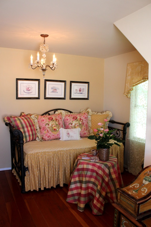 Romantic Cozy Bedroom: This Homeowner Went All Out With Romantic Shabby Chic