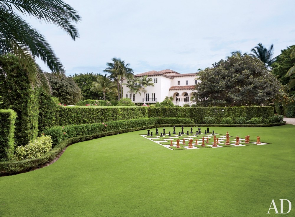traditional-exterior-david-easton-inc-palm-beach-florida backyard green grass landscaping hedge