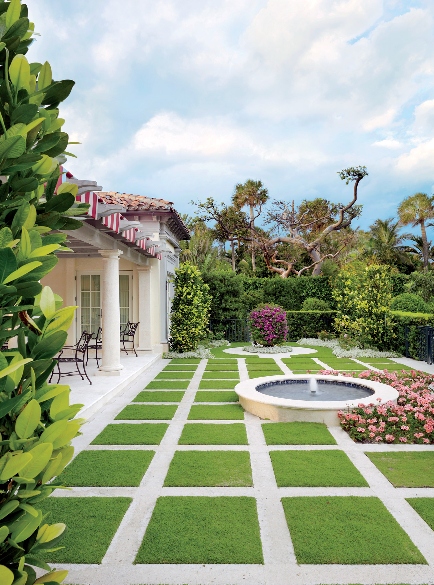 traditional-outdoor-space-david-easton-inc-palm-beach-florida tile green backyard