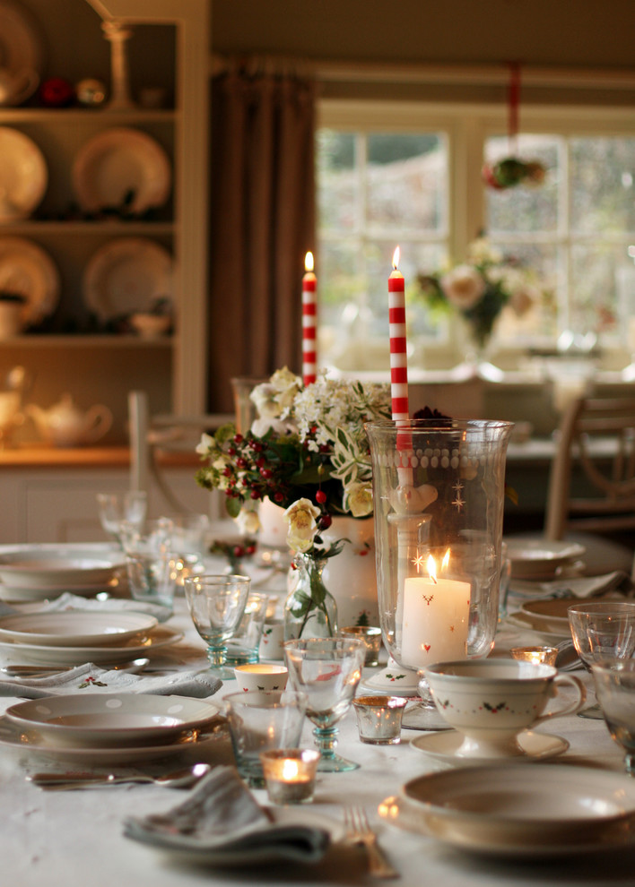 christmas holiday tablescape dining room decor ideas candles in vases