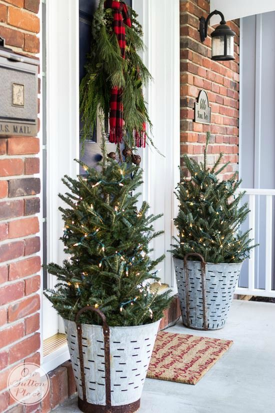 front-porch-doorstep-christmas-tree-decorating-ideas-cheap-easy-budget
